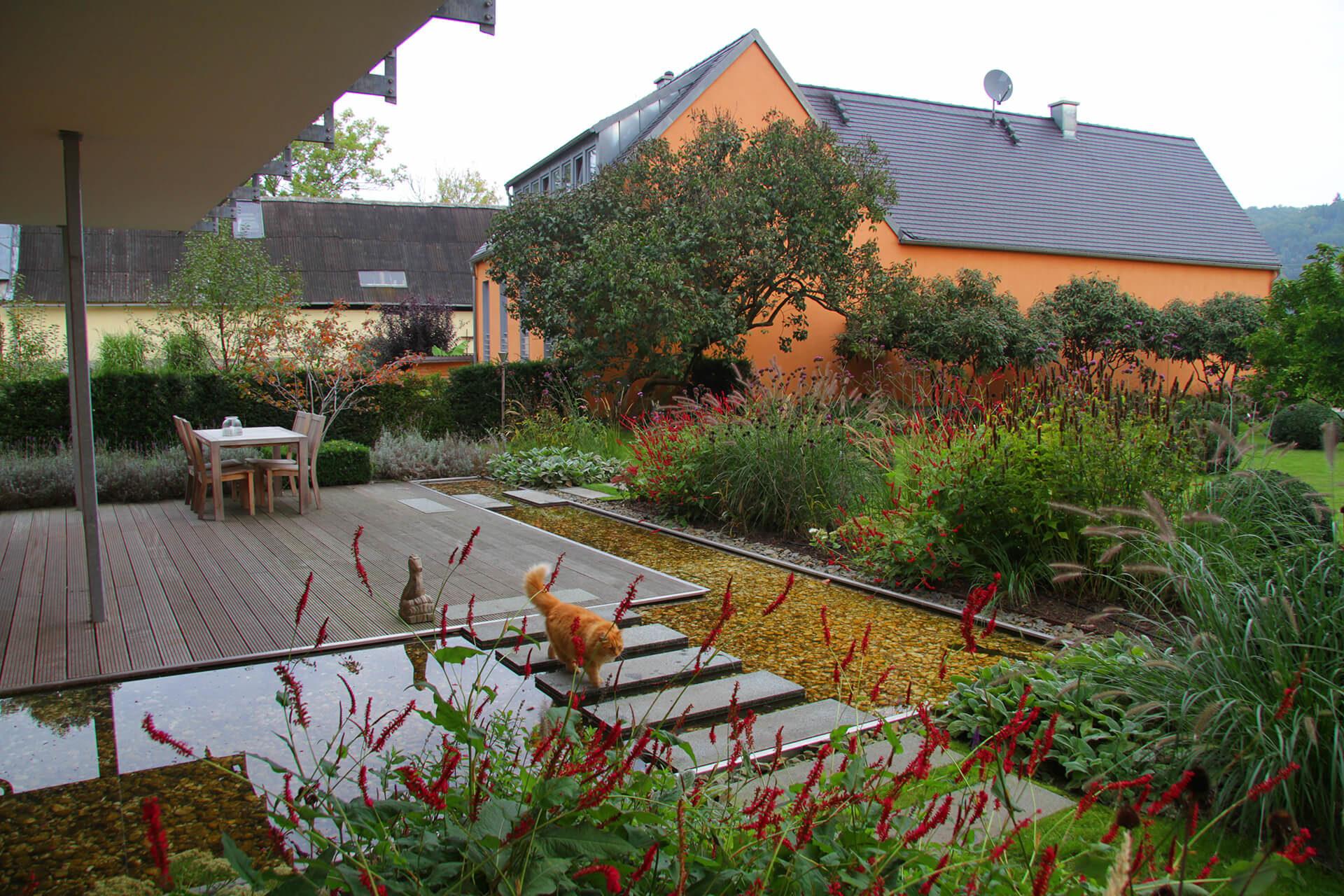 gartenmanufaktur-nuessler-garten-dresden-terrasse-holz-wasserbecken-kies-stauden