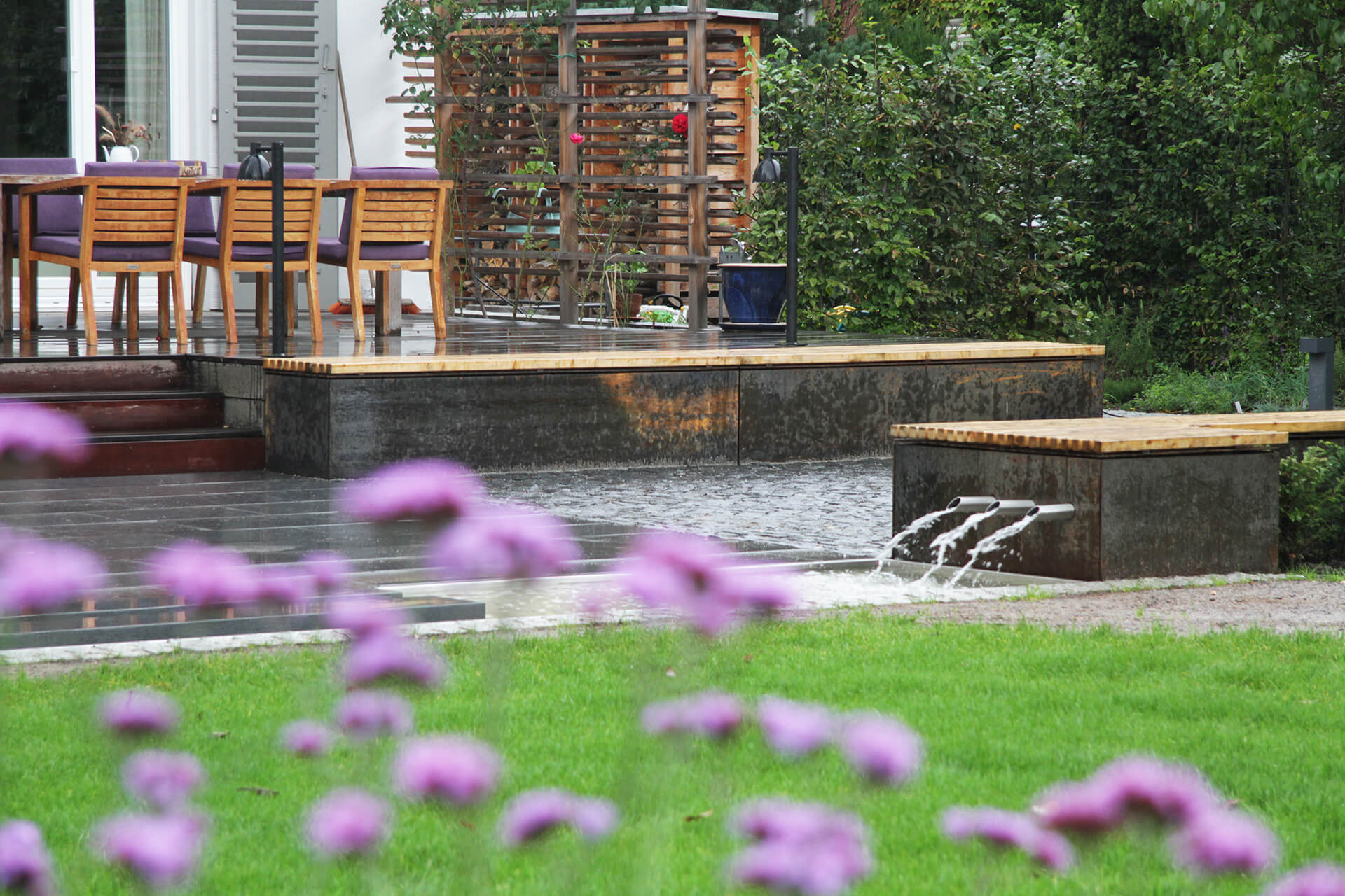 gartenmanufaktur-nuessler-garten-dresden-terrasse-wasserbecken-brunnen-bank-stahl